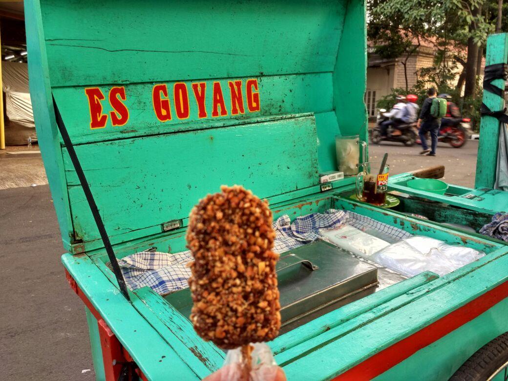 ekasur_Salah-satu-varian-es-goyang-rasa-ketan-yang-saya-beli-dibalur-cokelat-dan-potongan-kacang.jpeg