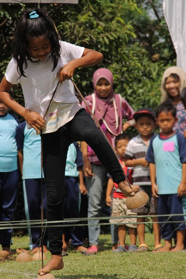 sobatbudaya_IMG_1011e_Bakiak_Batok_merupakan_permainan_tradisional_Sunda_Bogor_yang_lahir_dari_pola_hidup_masyarakatnya_yang_agraris.jpg